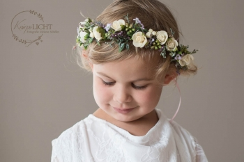 Kind mit Blütenkranz im Haar