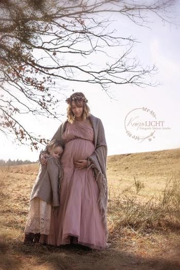Schwangerschaftsbilder mit Familie im Vintagestil