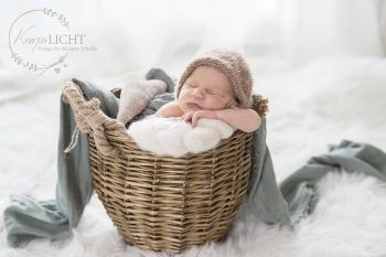 Babyfotos in Bauchpose