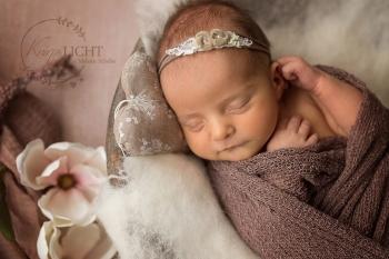 Babyfoto beim Neugeborenenshooting