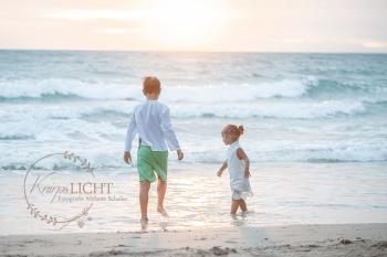 Familienfotos am Strand bei Sonnenuntergang