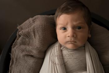 Babyfotos in Brauntönen von Baby mit vielen Haaren