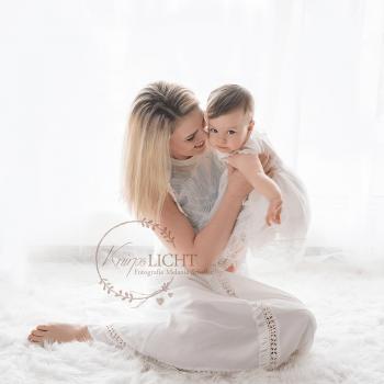 Mama und Tochter mit weißen Kleidern beim Familienshooting