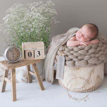 Neugeborenshooting mit Daten im Fotoatelier