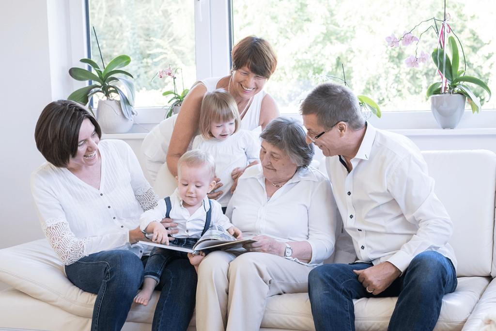 Homestory im Wohnzimmer mit Kindern, Oma, Opa, Mama und Papa