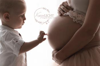 Babybauchbilder im Atelier mit Geschwisterkind