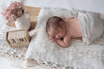 Babyfotograf fotografiert Baby im Fotoatelier